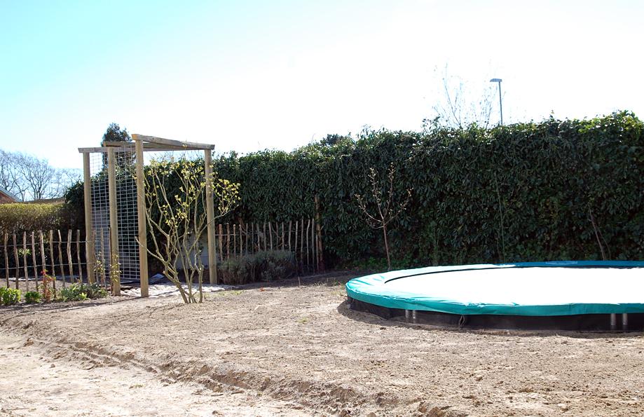 hjemmelavet-espalier-kastanjehegn-nedgravet-trampolin